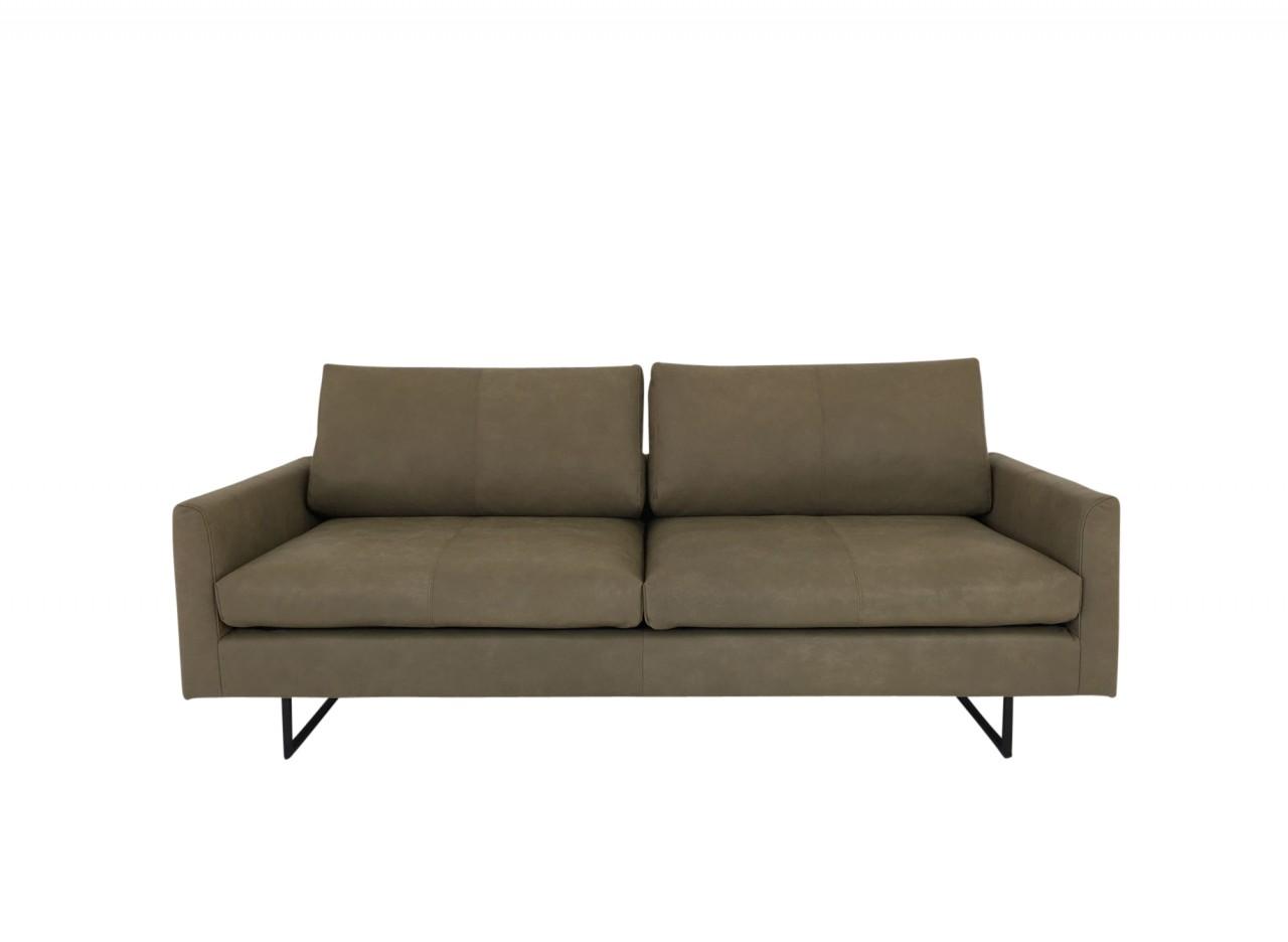 freistil 134 Sofa in Leder Vintage gelbgrau mit schwarzen Kufenfüßen