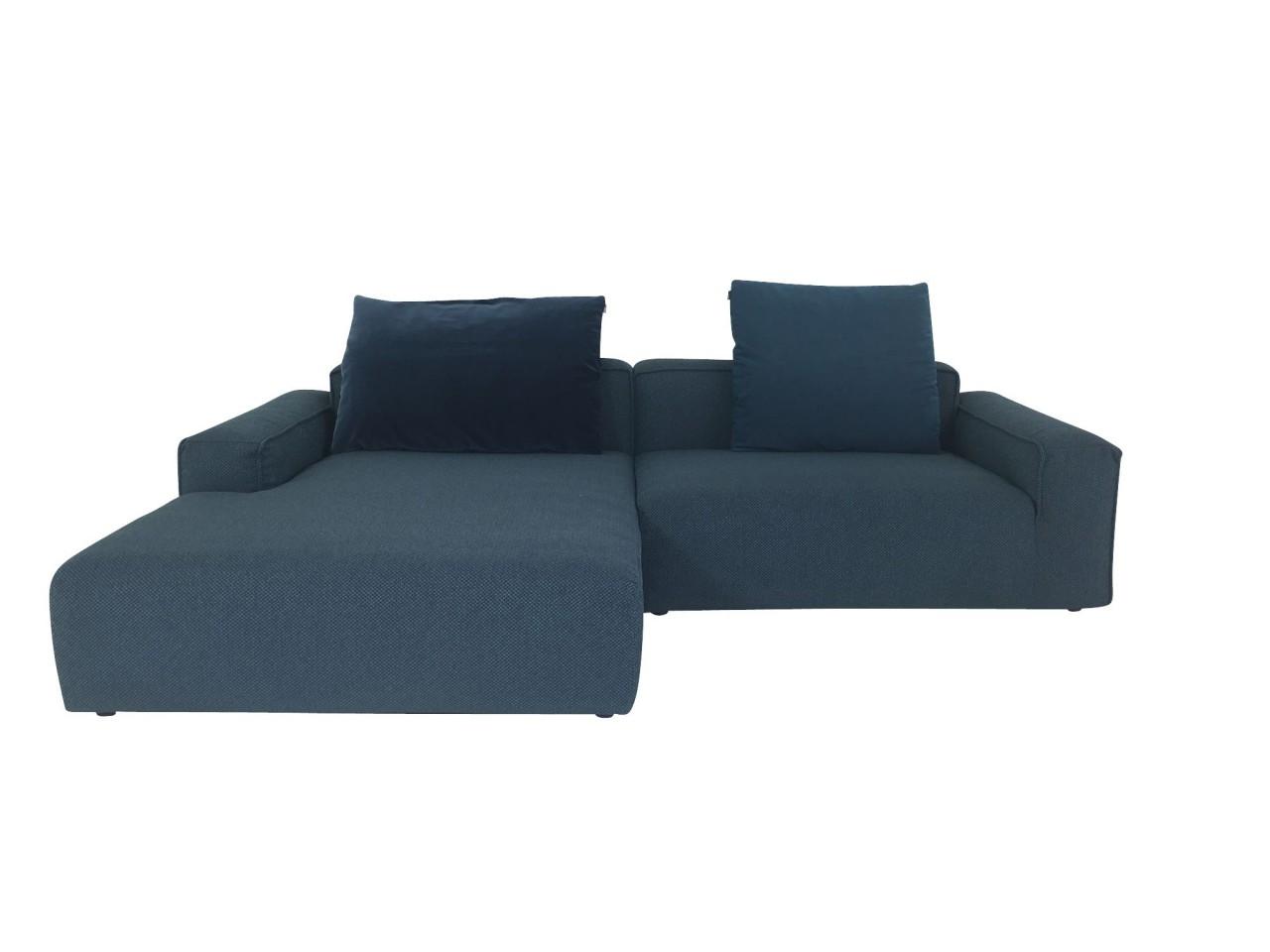 freistil 175 ROLF BENZ Sofa mit Recamiere links in Stoff azurblau mit kuscheligen Kissen