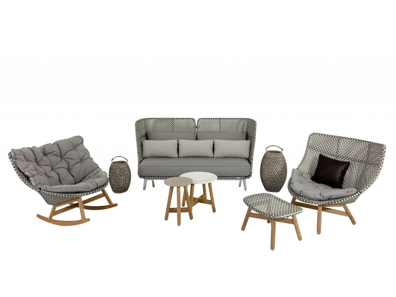 DEDON MBARQ Sofa und MBRACE Sessel in pepper als wunderschönes Gartenmöbel Set mit Tischen & Laterne