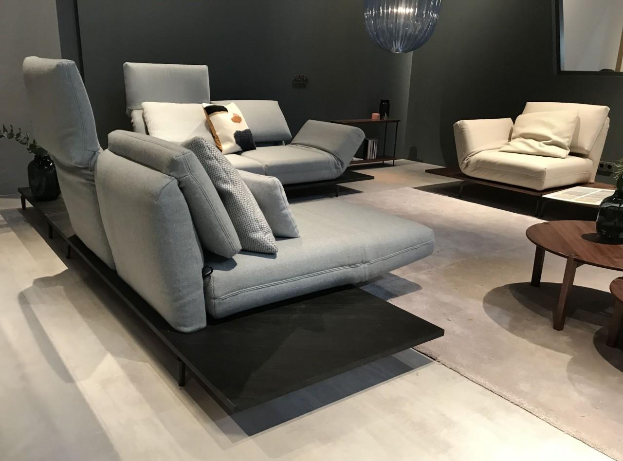 Rolf Benz AURA Sofa mit Drehsitzen in Stoff auf Plattform in Naturstein Schiefer