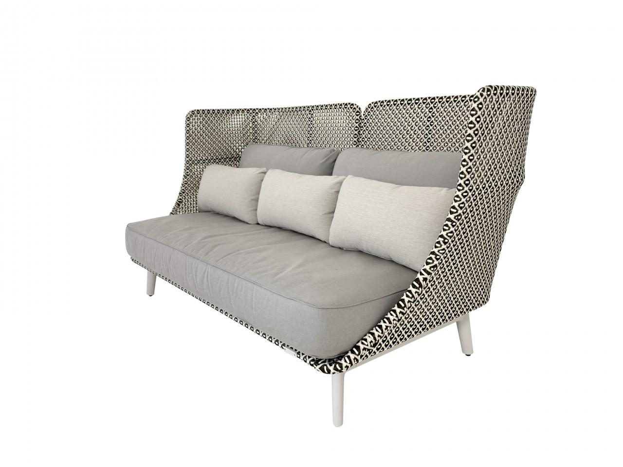 DEDON MBARQ Sofa mit hoher Rückenlehne in pepper mit Kissenset in taupe sowie drei Zusatzkissen sand