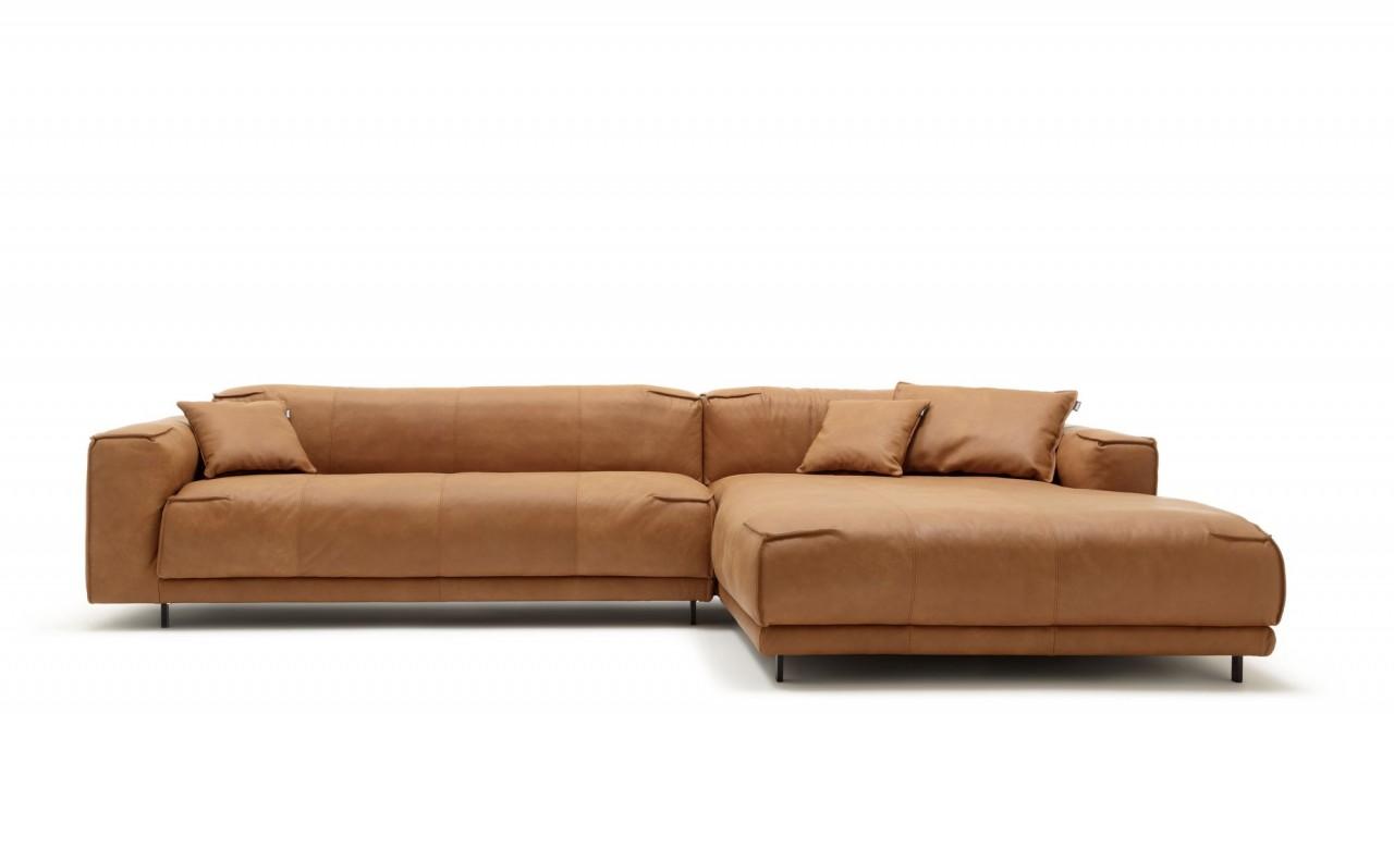 freistil 136 ROLF BENZ Sofa Übertief mit XL Recamiere rechts in Nappa Leder ockerbraun