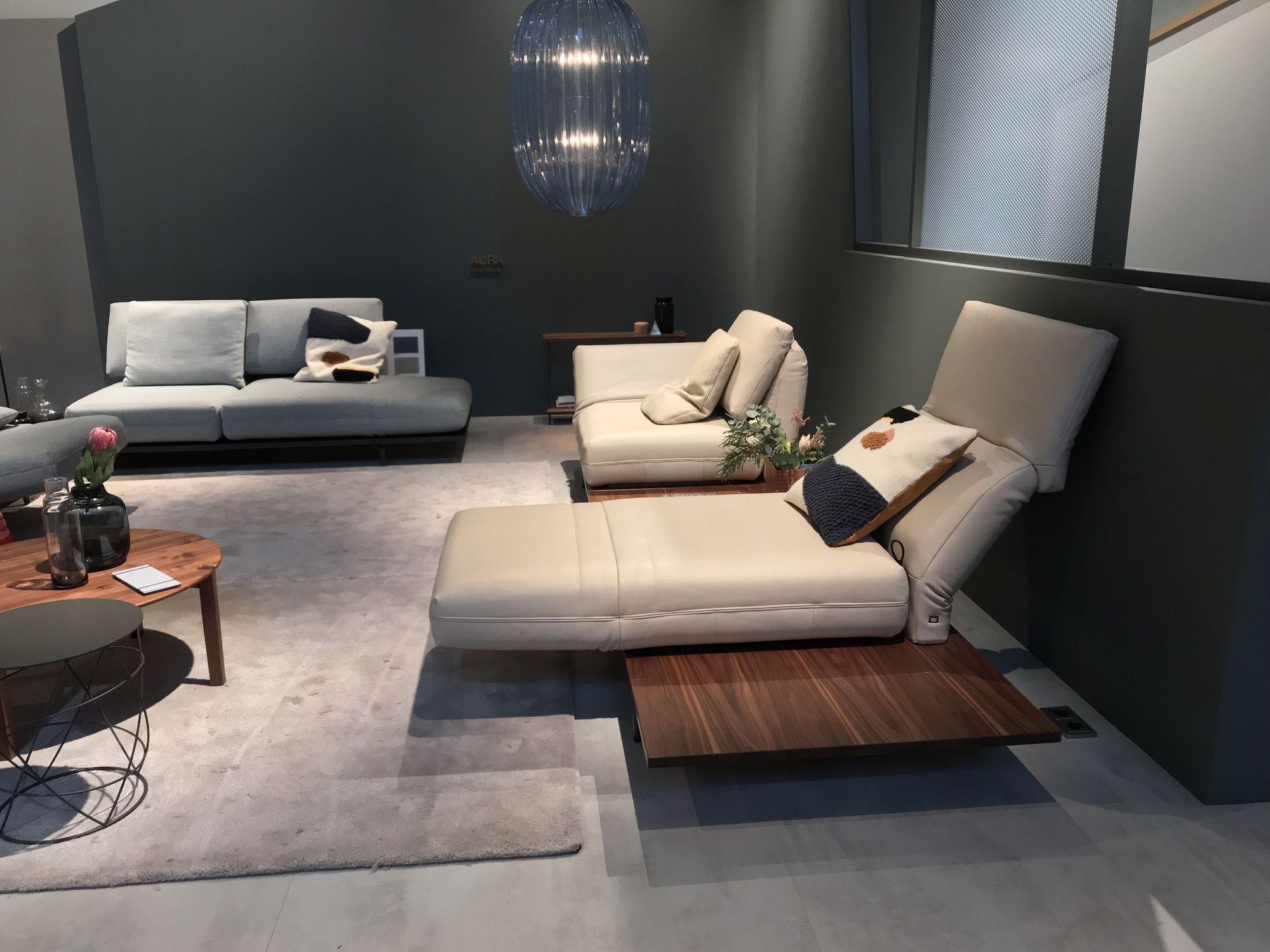 rolf benz aura sofa mit drehsitzen in leder auf plattform. Black Bedroom Furniture Sets. Home Design Ideas