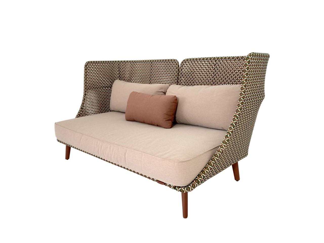 DEDON MBARQ Sofa mit hoher Rückenlehne in chestnut mit Kissenset in terracotta sowie Zusatzkissen