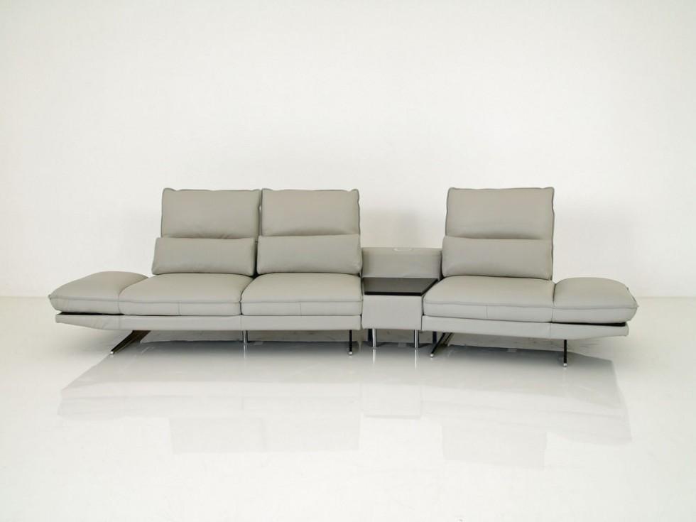 izabela K. ARLETT Leder Sofa mit Drehsitzen und Trapeztisch mit Multimedia Funktion